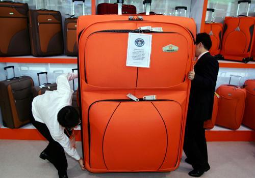 Очень нужен большой чемодан, сумка или сундук - чтобы в нем человек...