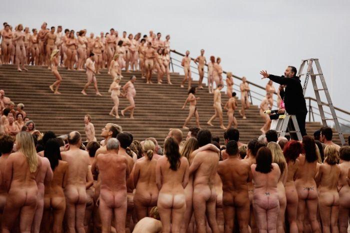 делать людей на фото голыми
