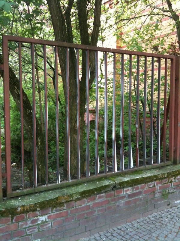 Классно разрисовали забор (4 фото)
