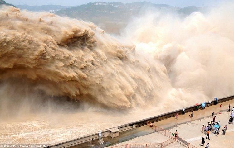 Очистка реки в Китае (4 фото)