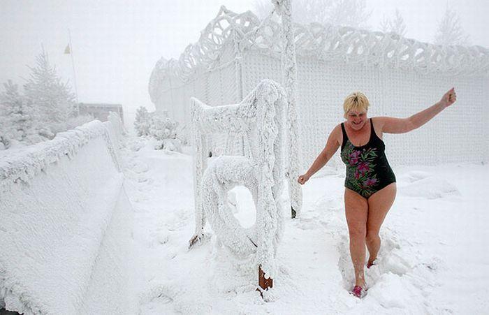 Старая блонда оголила вагину на улице в мороз  27117