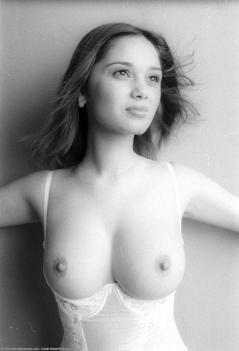 Голая грудь молодых девушек фото
