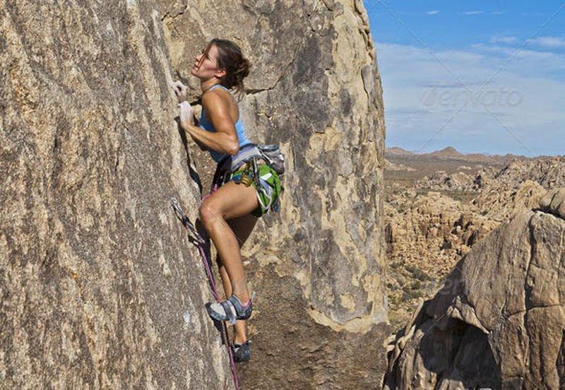 Парень фотографирует голую подружку у скалы  234552