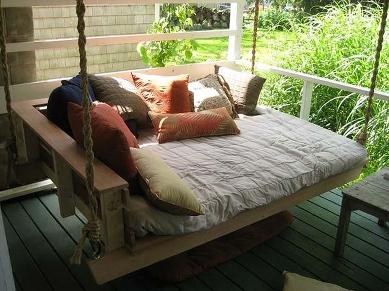 Подвесной диван на даче, фото