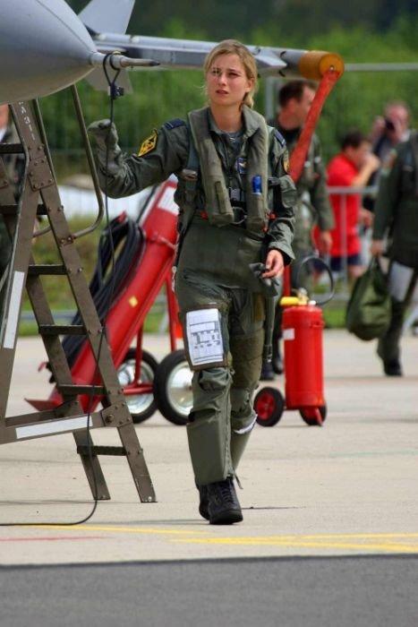 Девушки в военной форме