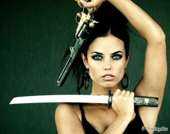 Фотоподборка сексуальных девушек с оружием в руках.