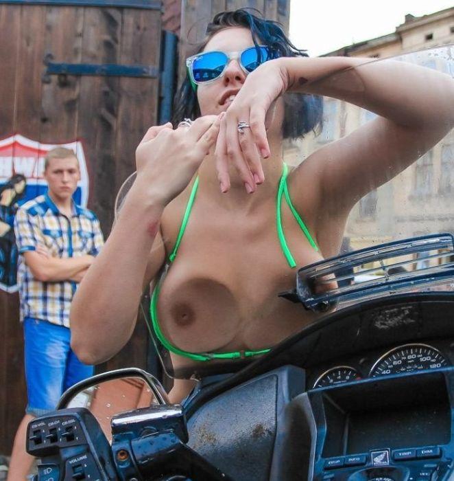 Автомойка в бикини ради благотворительности (18+)