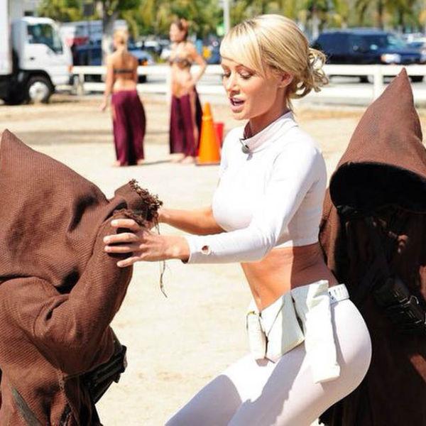 Сара Джин Андервуд примеряет костюмы для косплея