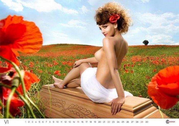 Эротический календарь от производителя гробов 18+