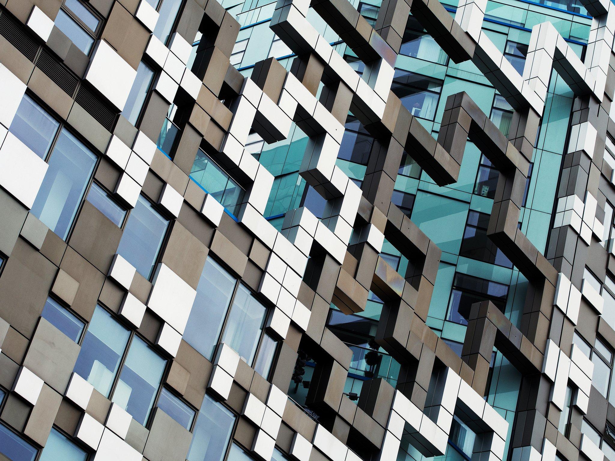 овальное стеклянное здание  № 2214522 без смс
