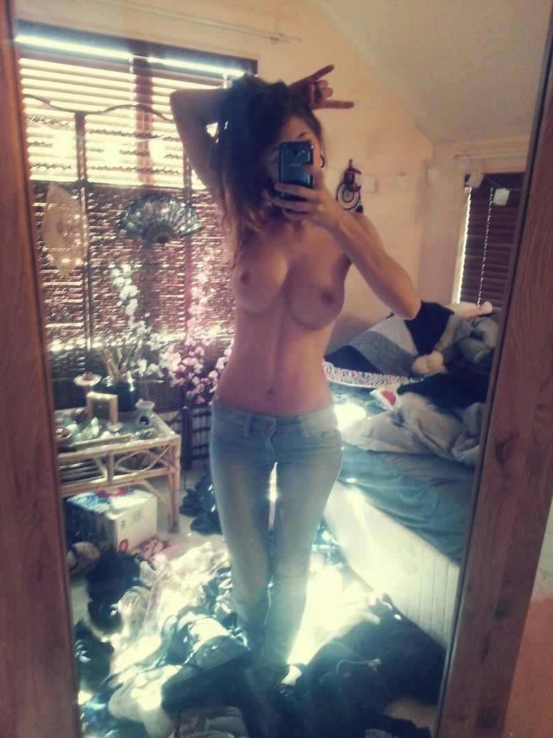 Шикарная девушка фоткает свое загорелое тело 17 фотография