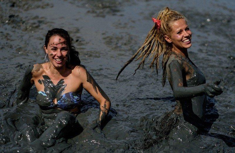 Девушки в грязи видео онлайн, дамочка сосет у парня ретро