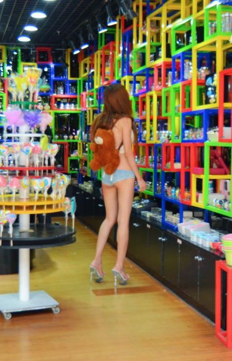 Девушка в очень коротких шортах