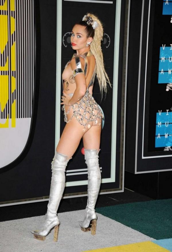 Майли Сайрус и ее наряды на церемонии MTV Video Music Awards 2015