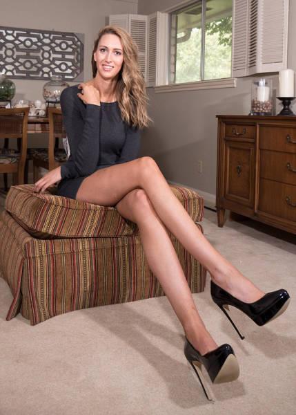 Смешные девушки с красивыми длинными ногами