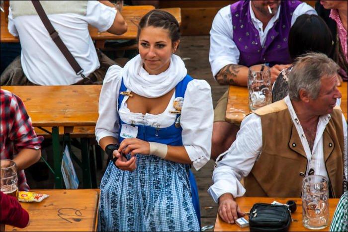 Молодая девушка обслуживает гостей фото 526-553