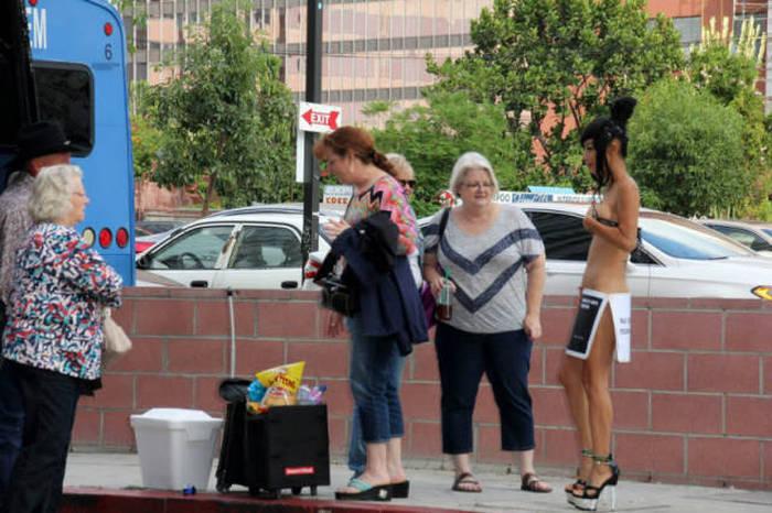 49-летняя актриса Бай Лин на улицах Лос-Анджелеса