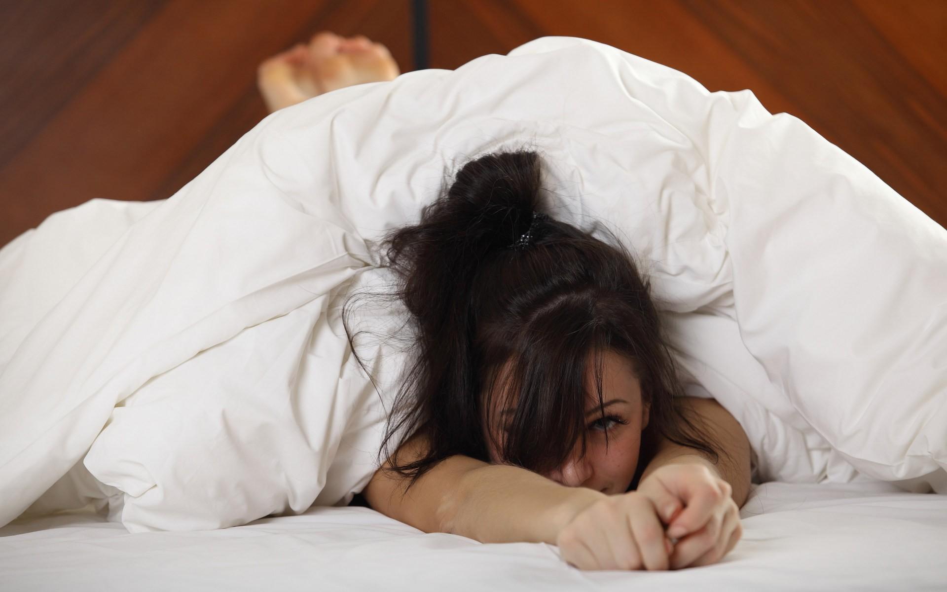 Фотосессия девушки в постели 17 фотография