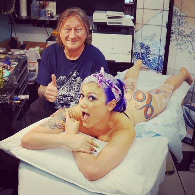 Яркая татуировка в виде осьминога, украсила ягодицы девушки