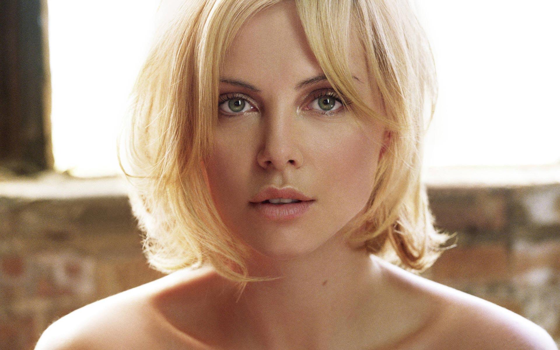 Самая красивая девушка мира 2015, по мнению авторитетного издания — Шарлиз Терон
