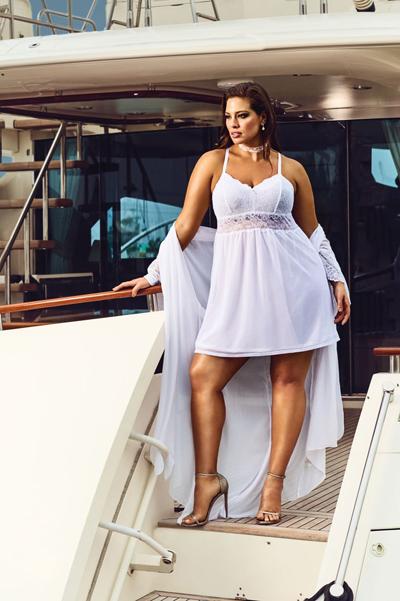 Эшли Грэм представила линию свадебного белья