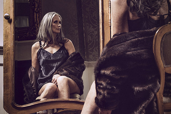 56-летняя Никола Гриффин в бельевой съемке