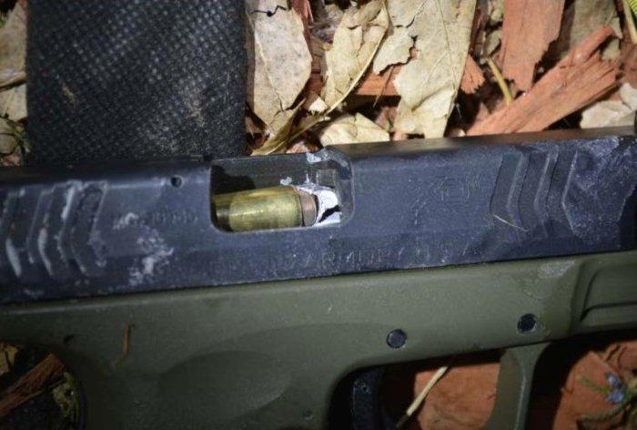 Пуля полицейского попала в дуло пистолета преступника