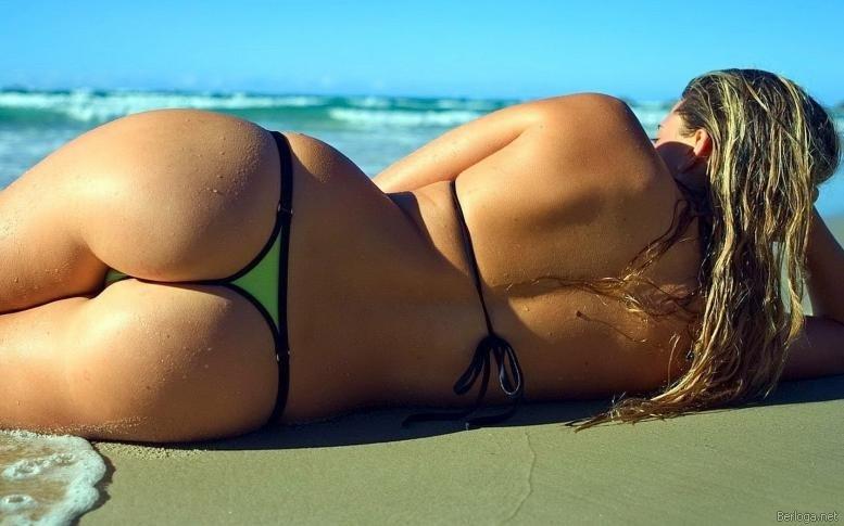 Девушки на пляже в бикини (29 фото)