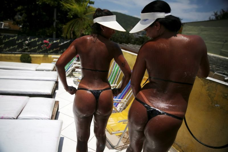 Бразильянки загорают в бикини из изоленты ради идеальных белых линий на теле