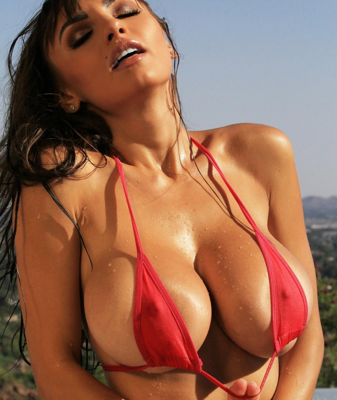 Фигуристые эро-модели показывают голую грудь  410185