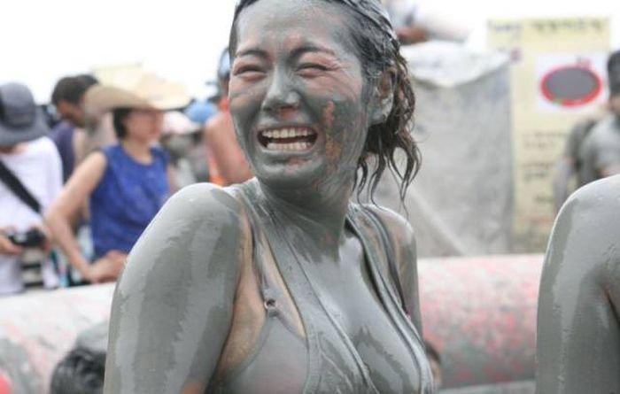 Участницы корейского грязевого фестиваля Boryeong Mud (20 фото)