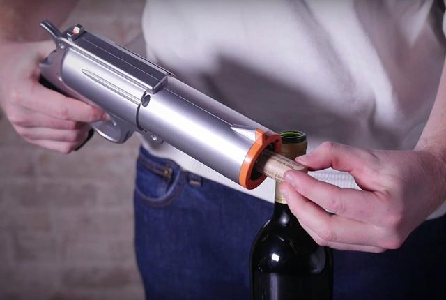 Необычный штопор пистолет чтобы открывать бутылки вина