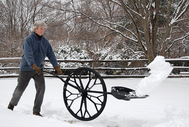Лопата на Колесе необычный способ для уборки снега