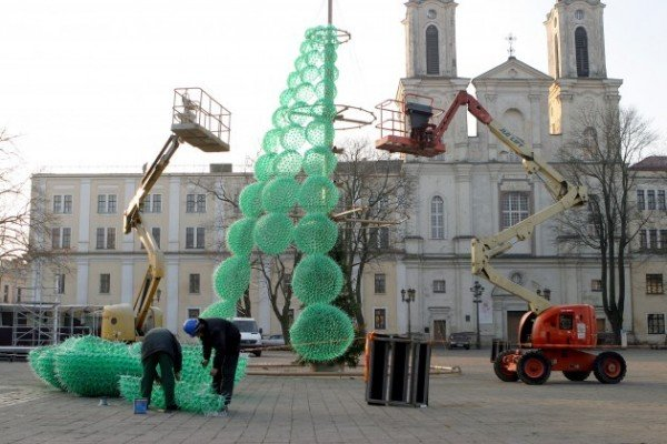Городская елка из пластиковых бутылок в Литве