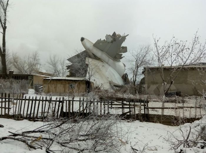 Грузовой самолет упал на жилой поселок в столице Киргизии Бишкеке