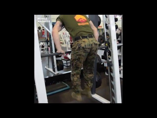 Морской пехотинец демонстрирует невероятную силу в верхней части тела