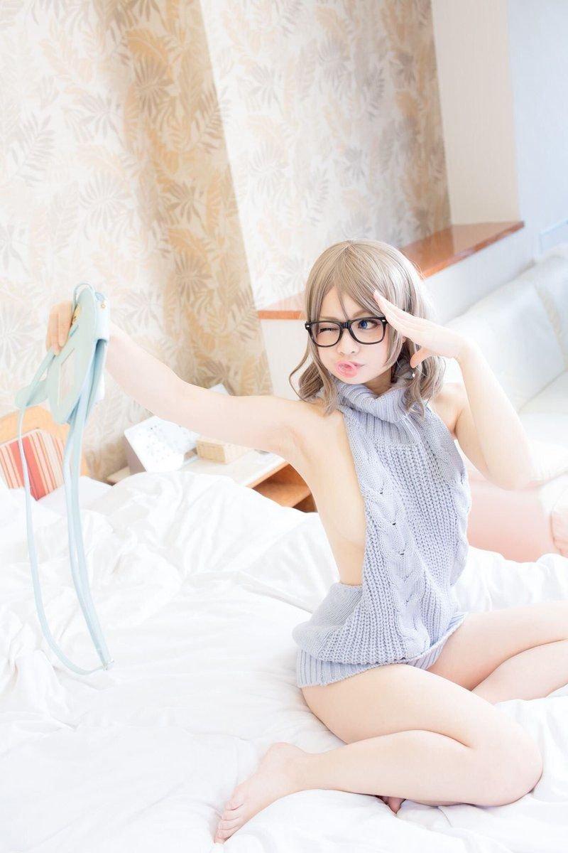 Сексуальная японская показывает свитер с откровенным вырезом