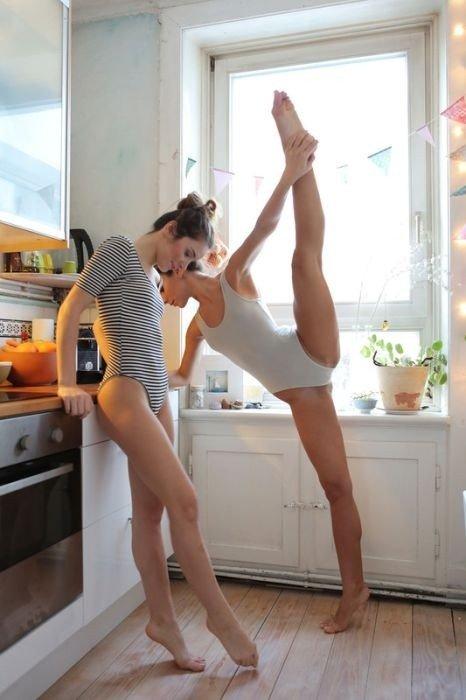 Сестры-близняшки на кухне (30 фото)