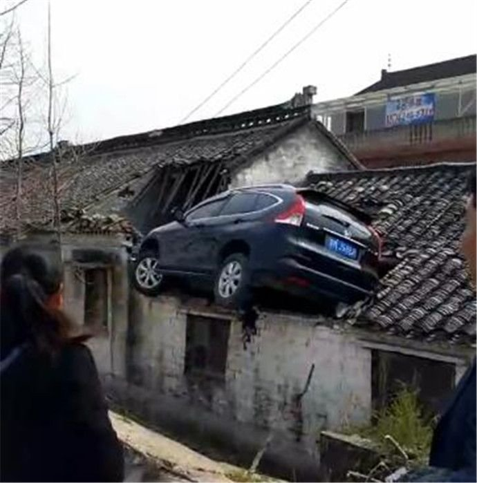 Водитель внедорожника оказался на крыше в попытке избежать аварии