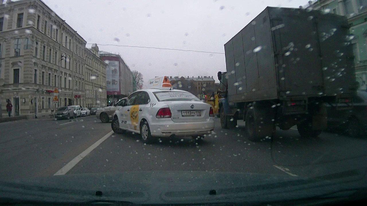 Безумная пляска мини-погрузчика посреди дороги в Санкт-Петербурге