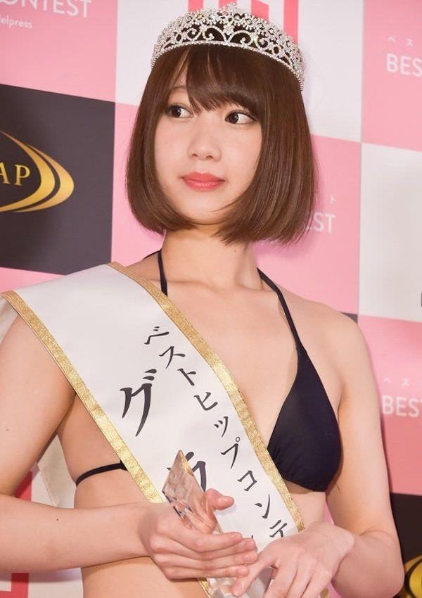 Японские участницы участвуют в конкурсе лучших задниц