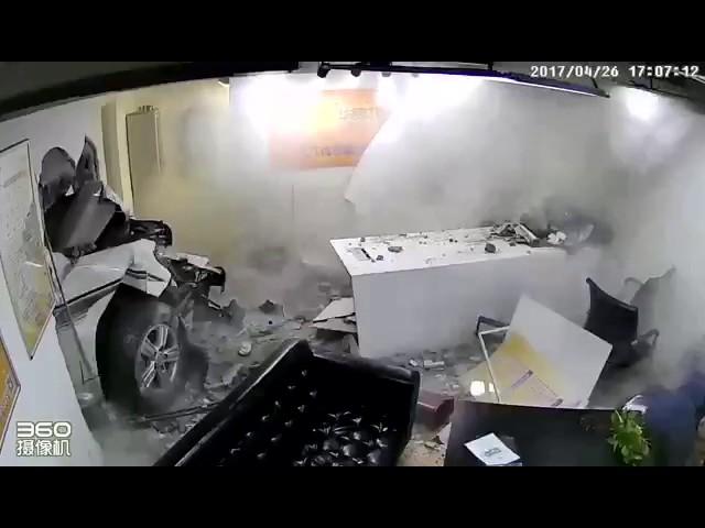 Дамочка на внедорожнике пробила стену офиса