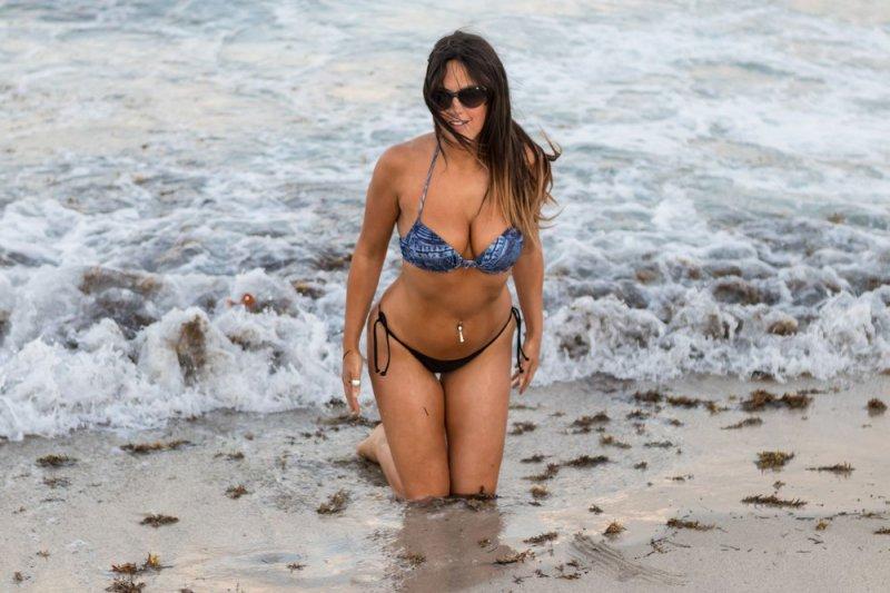 35-летняя модель Клаудия Романи (Claudia Romani) позирует на пляже