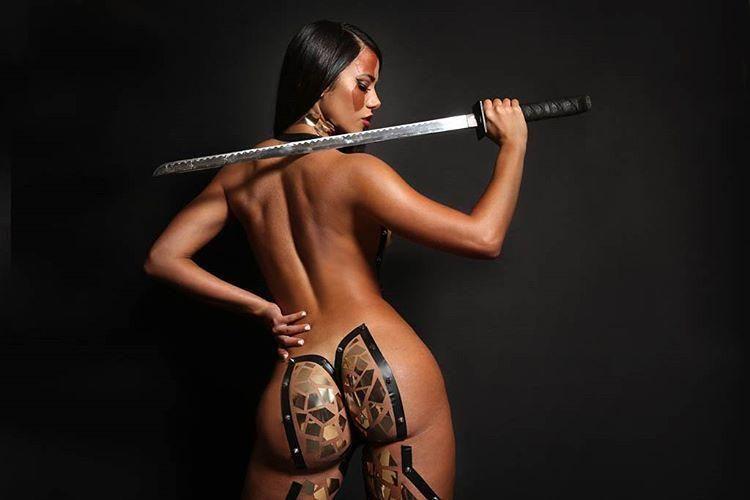 Свежие наряды из липкой ленты на телах моделей