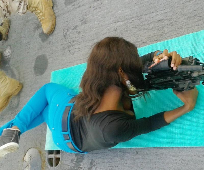 Горячие девушки с оружием (44 фото)