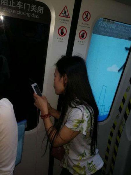 Дамочка ехала шесть станций с зажатыми дверями электрички волосами