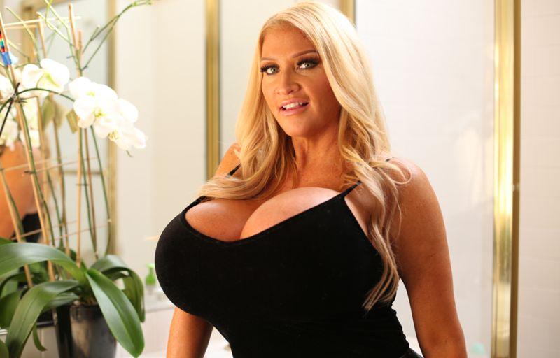 Мормонская учительница музыки стала моделью с огромной грудью