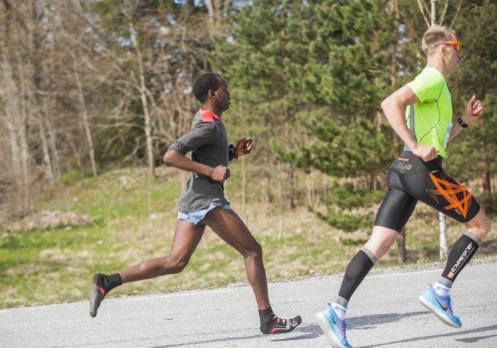 Кенийский бегун установил рекорд, пробежав трассу в одних носках