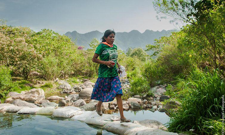 Мексиканка в юбке и резиновых сандалиях выиграла забег на 50 км