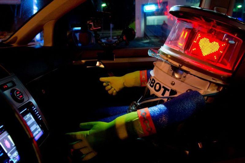 Робота-автостопщика, полагающегося на доброту людей, нашли обезглавленным